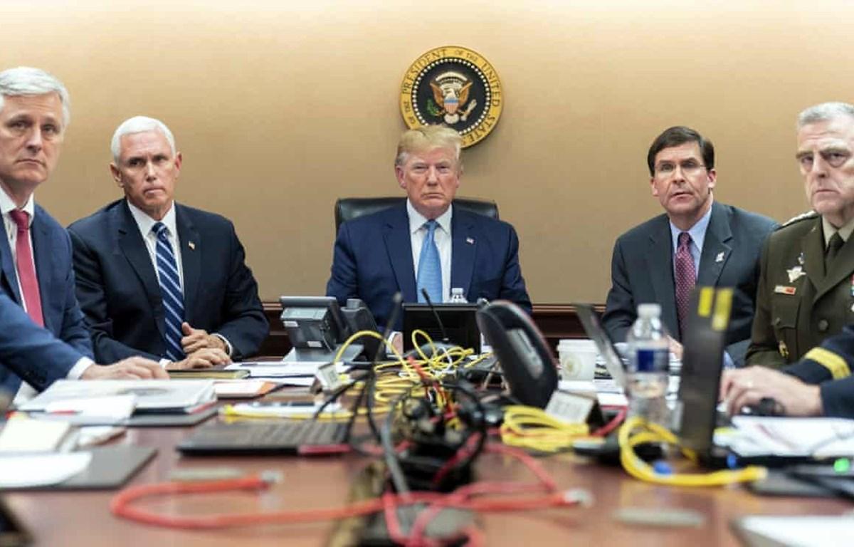 Tổng thống Mỹ Donald Trump ngồi cùng các quan chức hàng đầu gồm cố vấn an ninh quốc gia Robert O'Brien, phó Tổng thống Mike Pence; Bộ trưởng Quốc phòng Mark Esper, chủ tịch Hội đồng liên quân Mark A Milley theo dõi chiến dịch tiêu diệt Baghdadi.