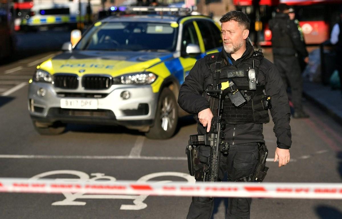 Cảnh sát Anh tiến hành phong tỏa trên Cầu London. (Nguồn: Guardian)