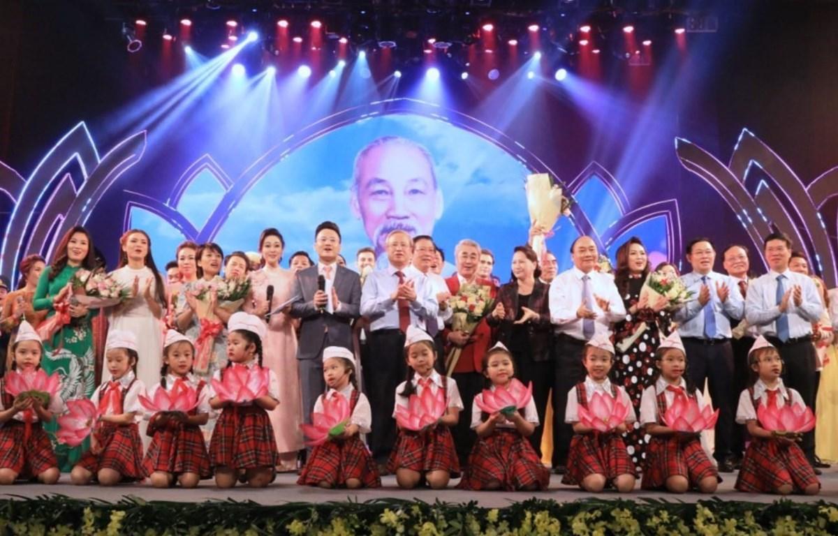 Thủ tướng Nguyễn Xuân Phúc, Chủ tịch Quốc hội Nguyễn Thị Kim Ngân cùng các đồng chí lãnh đạo Đảng, Nhà nước lên tặng hoa các nghệ sĩ. (Ảnh: Thành Đạt - TTXVN)