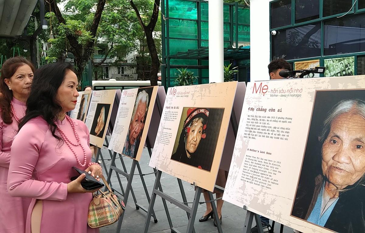"""Triển lãm """"Mẹ"""" giới thiệu các bức ảnh của Đại tá, nhà báo, nghệ sỹ nhiếp ảnh Trần Hồng. (Ảnh: Minh Thu/Vietnam+)"""