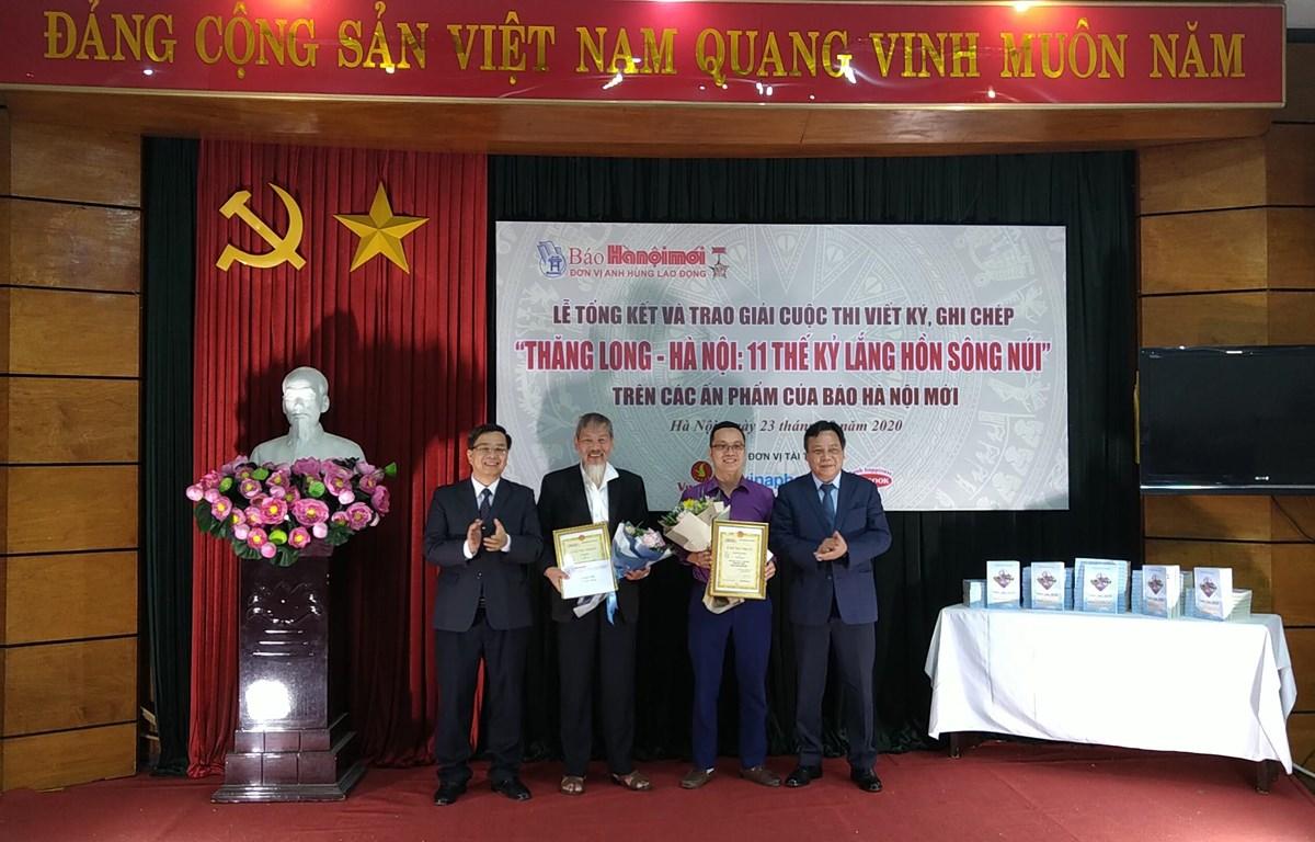 Các tác giả nhận giải Nhì tại lễ trao giải cuộc thi. (Ảnh: Minh Thu/Vietnam+)