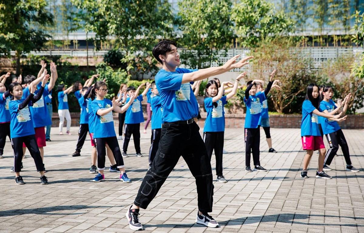 Quang Đăng cùng các bạn nhỏ thực hiện ''Tử thách Vũ điệu xanh'' do UNICEF phát động. (Ảnh: UNICEF)