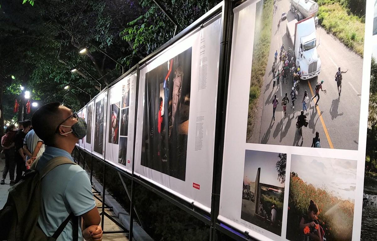 Triển lãm thu hút sự quan tâm của đông đảo người dân tại khu vực phố đi bộ. (Ảnh: Minh Thu/Vietnam+)