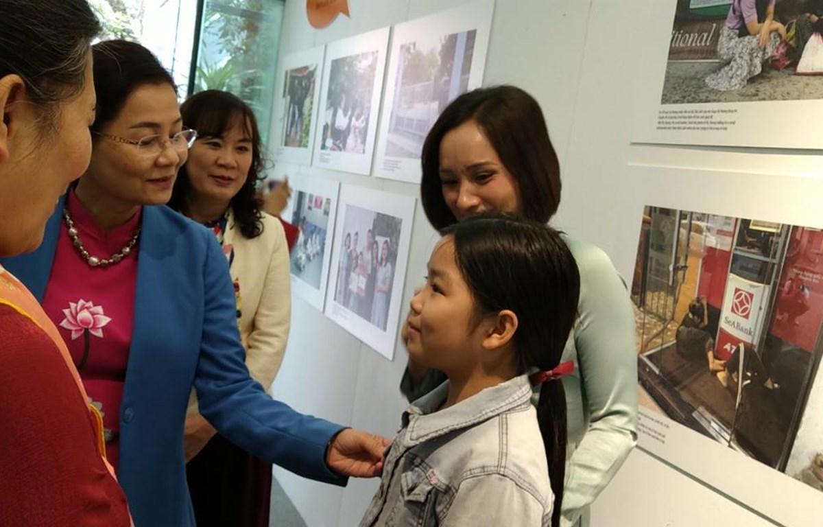 Lãnh đạo Hội Liên hiệp phụ nữ Việt Nam lắng nghe câu chuyện của em Đào Phương Trinh, một trong những em nhỏ tham gia dự án. (Ảnh: Minh Thu/Vietnam+)