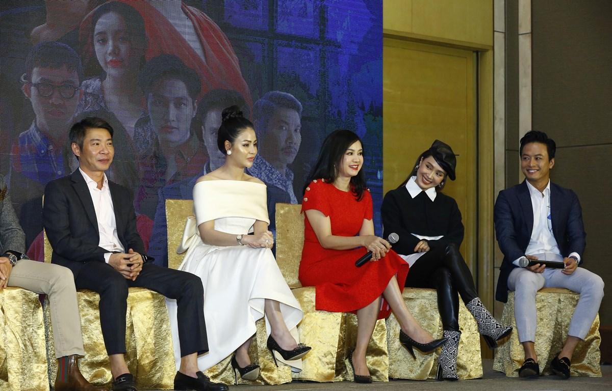 Các diễn viên trong buổi họp báo ra mắt phim ngày 4/12. (Ảnh: VTV)