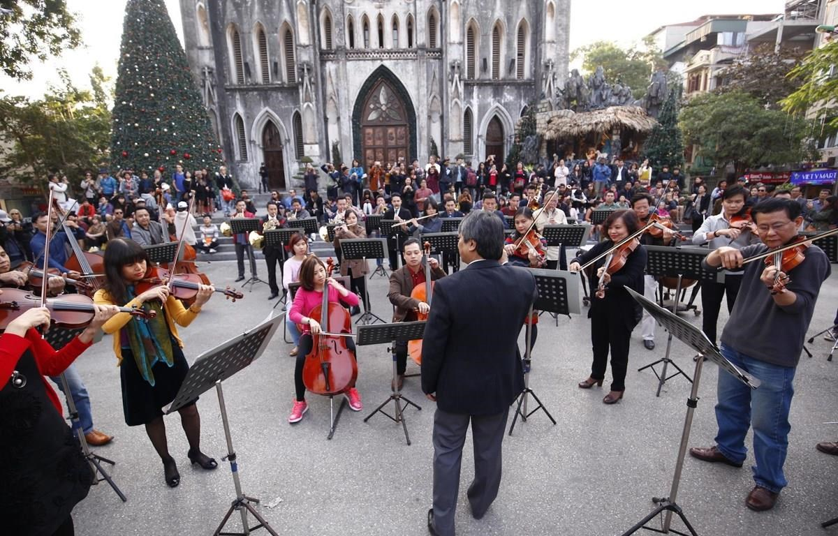 Dàn nhạc giao hưởng Việt Nam biểu diễn trong một sự kiện âm nhạc ngoài trời trong khuôn khổ chương trình Acecook Happiness Concert năm 2019. (Ảnh: BTC)