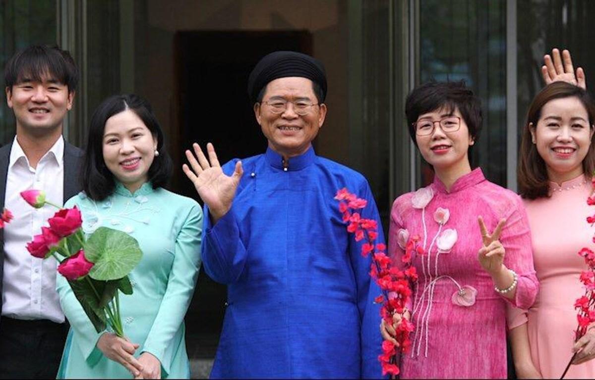 Đại sứ Hàn Quốc Park Noh Wan và các nhân viên Đại sứ quán xuất hiện trong MV. (Ảnh: ĐSQ)