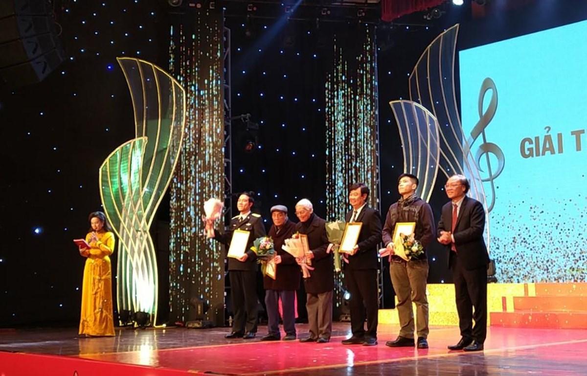 Nghệ sỹ nhân dân Phạm Ngọc Khôi (ngoài cùng bên phải) trao giải thưởng của Hội Nhạc sỹ Việt Nam cho các nghệ sỹ. (Ảnh: Minh Thu/Vietnam+)