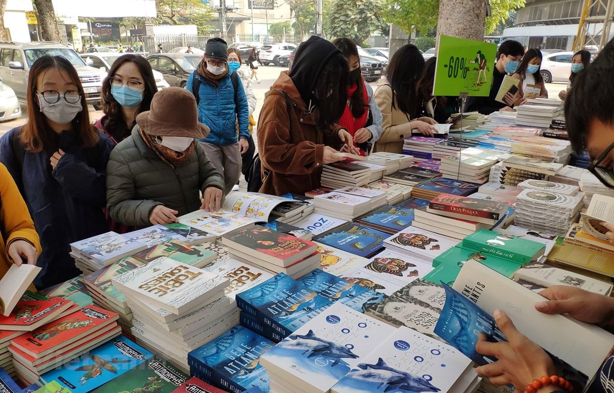 Độc giả nhiều lứa tuổi vẫn luôn mong ngóng được tham qua những hội chợ sách để được cầm trên tay những cuốn sách hay và đẹp. (Ảnh: PV/Vietnam+)
