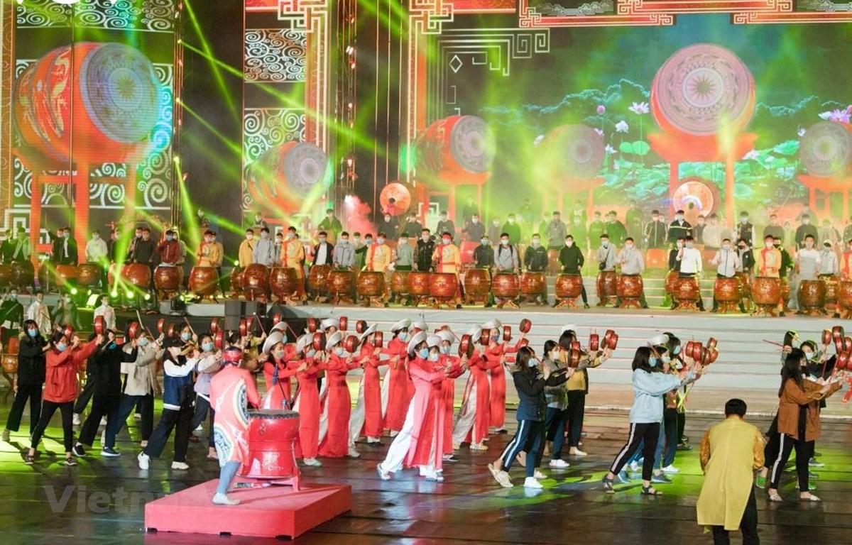 Các nghệ sỹ tổng duyệt màn trống hội hoành tráng tại chương trình nghệ thuật chào mừng thành công của Đại hội Đảng. (Ảnh: VOV)