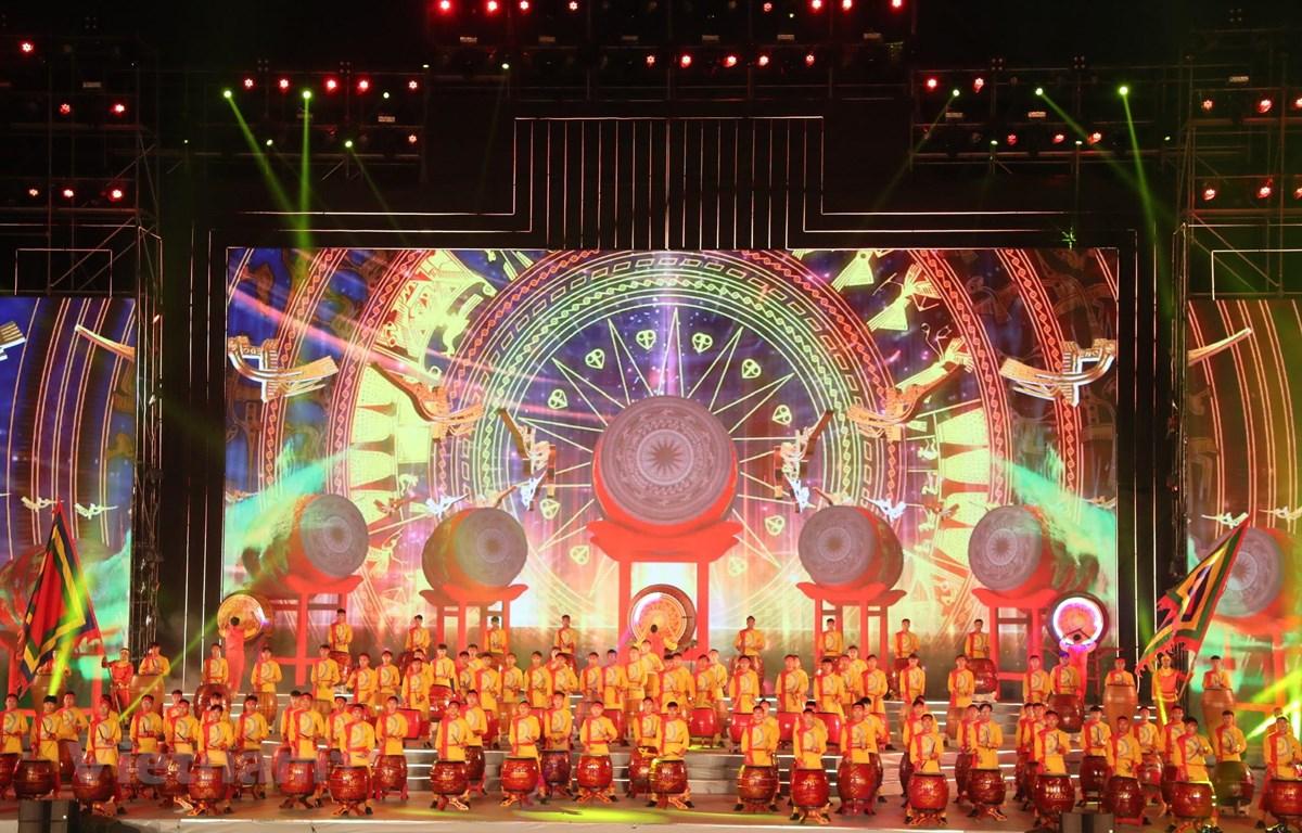 Chủ đề tư tưởng của chương trình là ca ngợi Đảng, Bác Hồ kính yêu, tình yêu với Tổ quốc. Mở màn là tiết mục trống hội do 500 nghệ sỹ biểu diễn. (Ảnh: PV/Vietnam+)