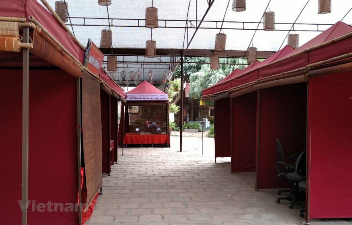 Các lều cho chữ thư pháp tại khu vực Hội chữ Xuân đóng cửa. (Ảnh: Minh Thu/Vietnam+)