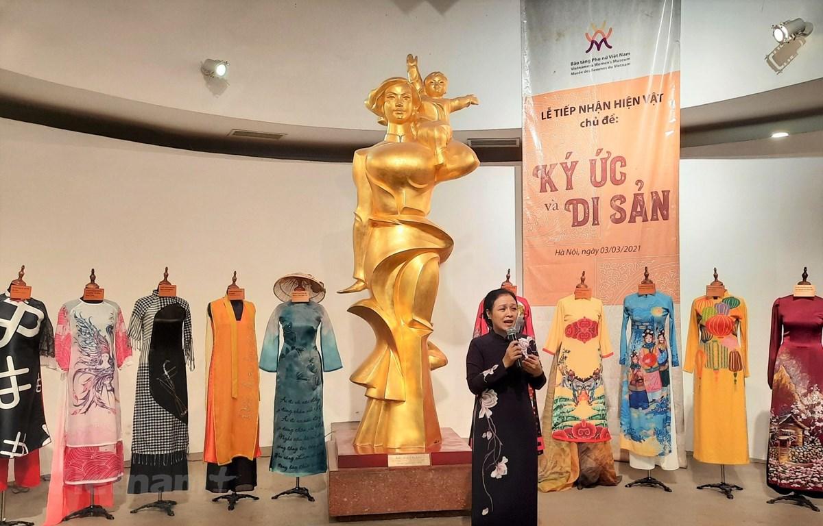 Đại sứ Nguyễn Phương Nga trao tặng những chiếc áo dài của mình cho Bảo tàng phụ nữ. (Ảnh: Minh Thu/Vietnam+)