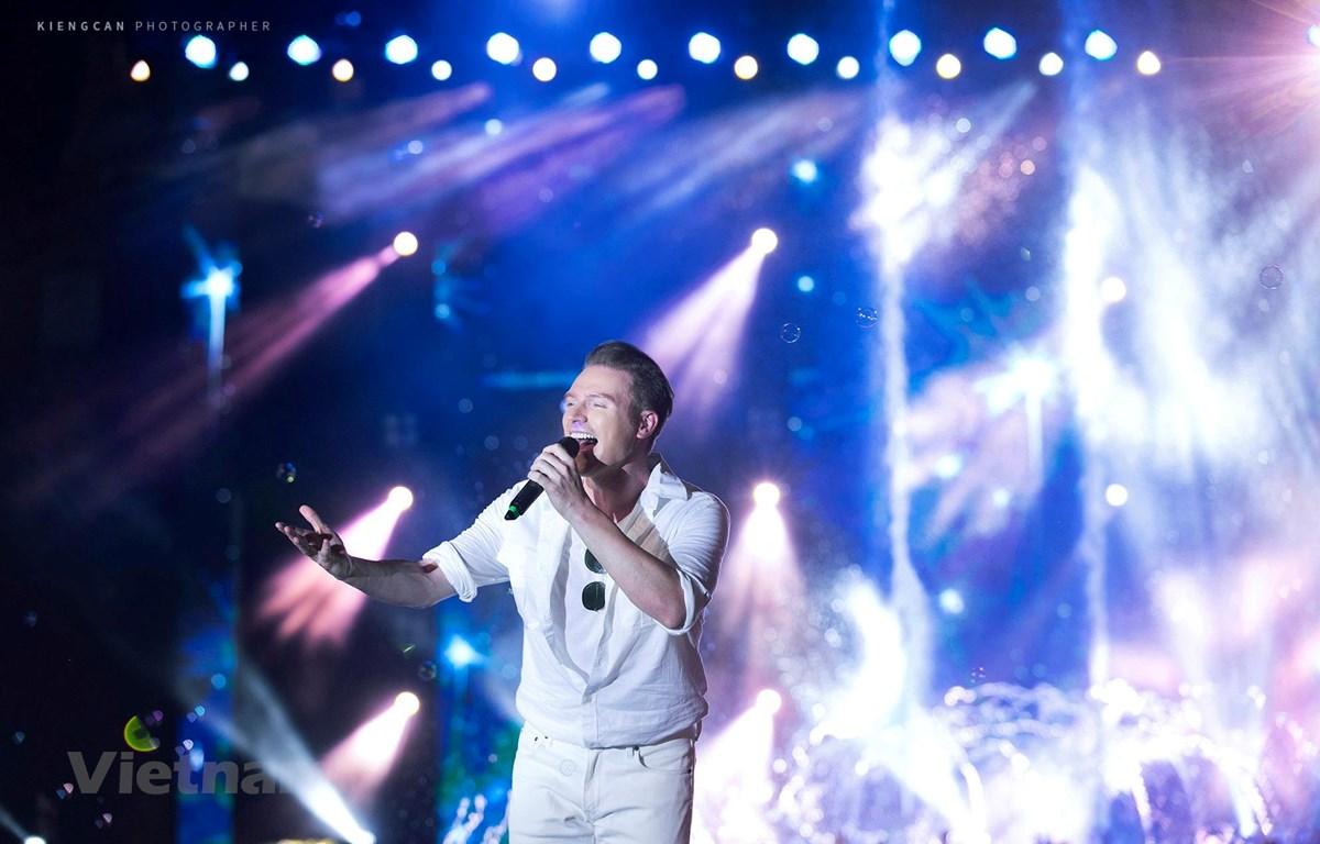 Chàng ca sỹ người Mỹ Kyo York đã chiếm được cảm tình của khán giả nhờ những bài hát bằng tiếng Việt. (Ảnh: NVCC)