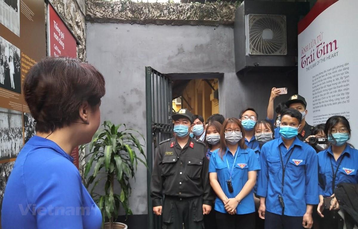 Sinh viên Học viện Thanh thiếu niên Việt Nam tham qua triển lãm để hiểu hơn về truyền thống Cách mạng của dân tộc. (Ảnh: Minh Thu/Vietnam+)