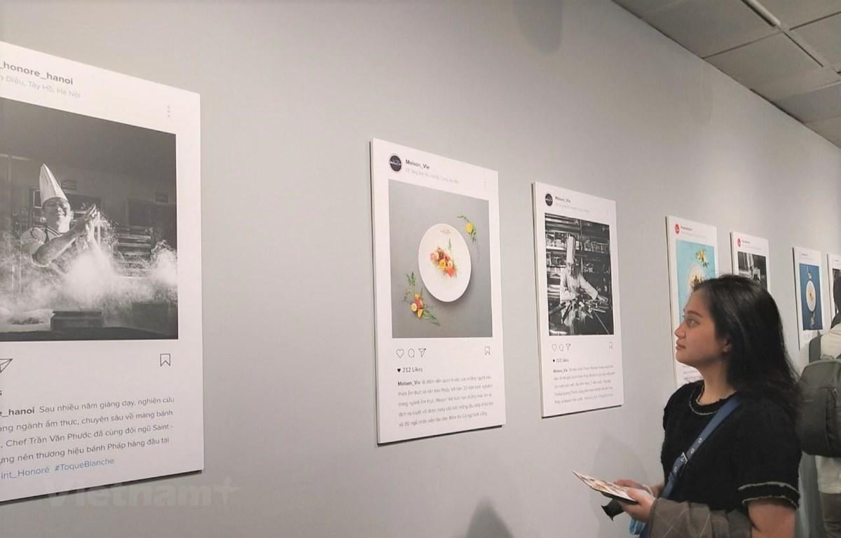 Triển lãm trưng bày những bức ảnh đen trắng của các đầu bếp và ảnh màu chụp các món ăn Pháp trứ danh. (Ảnh: Minh Thu/Vietnam+)