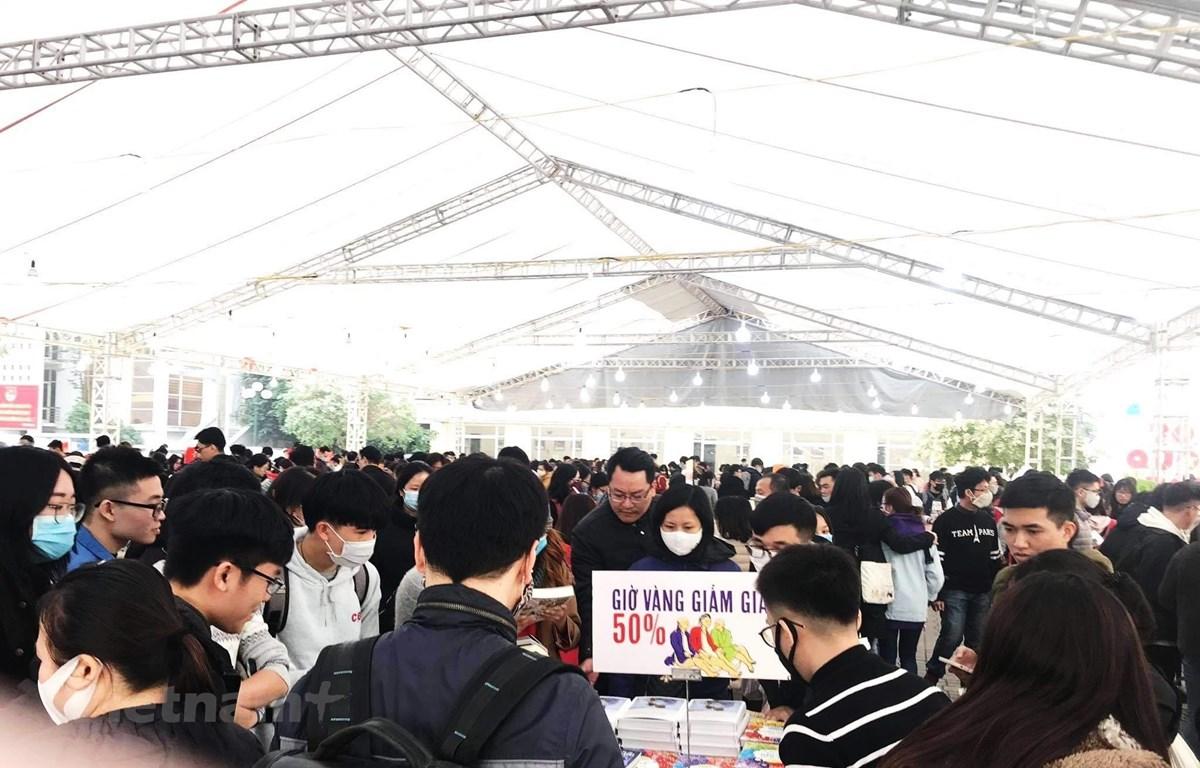 Những hội chợ sách với giá ưu đãi luôn thu hút rất đông độc giả. (Ảnh: PV/Vietnam+)
