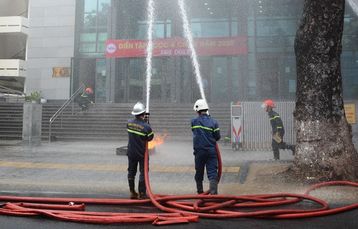 Lực lượng Cảnh sát Phòng cháy, chữa cháy diễn tập tại Đà Nẵng. (Ảnh: Văn Dũng/TTXVN)