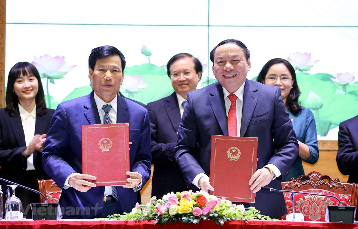 Nguyên Bộ trưởng và tân Bộ trưởng Bộ Văn hóa, Thể thao và Du lịch bàn giao nhiệm vụ. (Ảnh: Minh Khánh/Vietnam+)