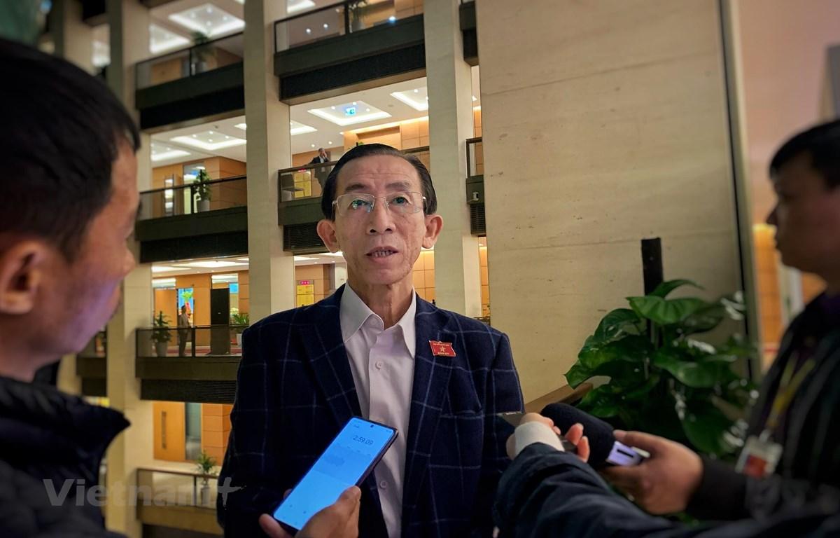 Phóng viên phỏng vấn đại biểu Trần Hoàng Ngân bên lề cuộc họp Quốc hội. (Ảnh: Xuân Mai/Vietnam+)