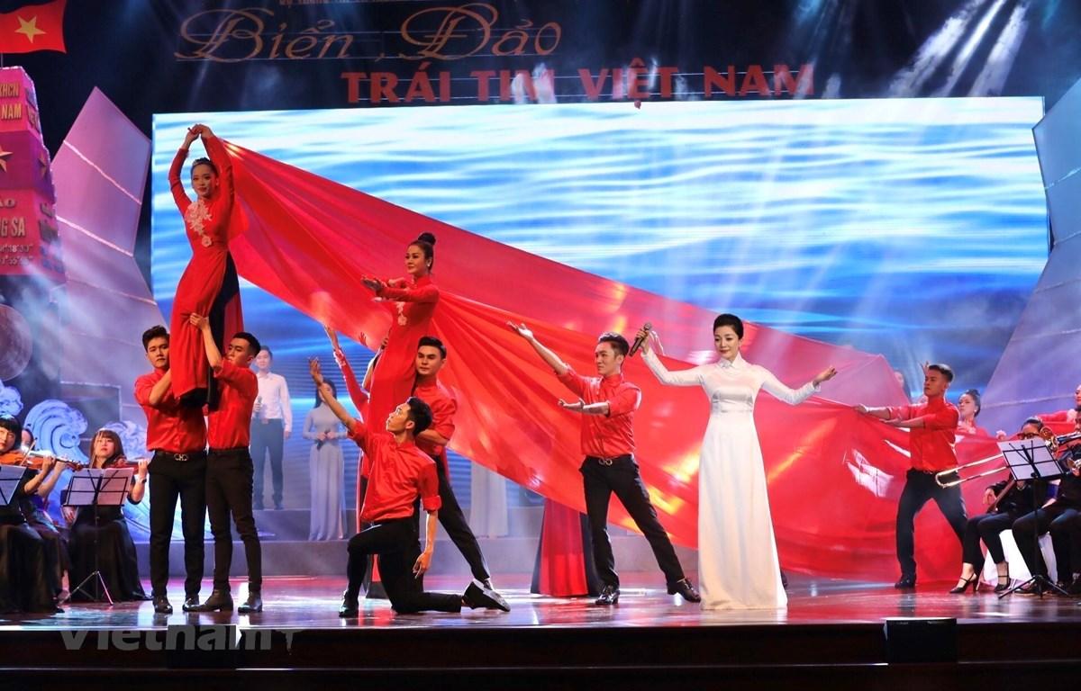 """Chương trình nghệ thuật """"Biển, đảo - Trái tim Việt Nam"""" tại Nhà hát Đài Tiếng nói Việt Nam. (Ảnh: Minh Quyết/TTXVN)"""