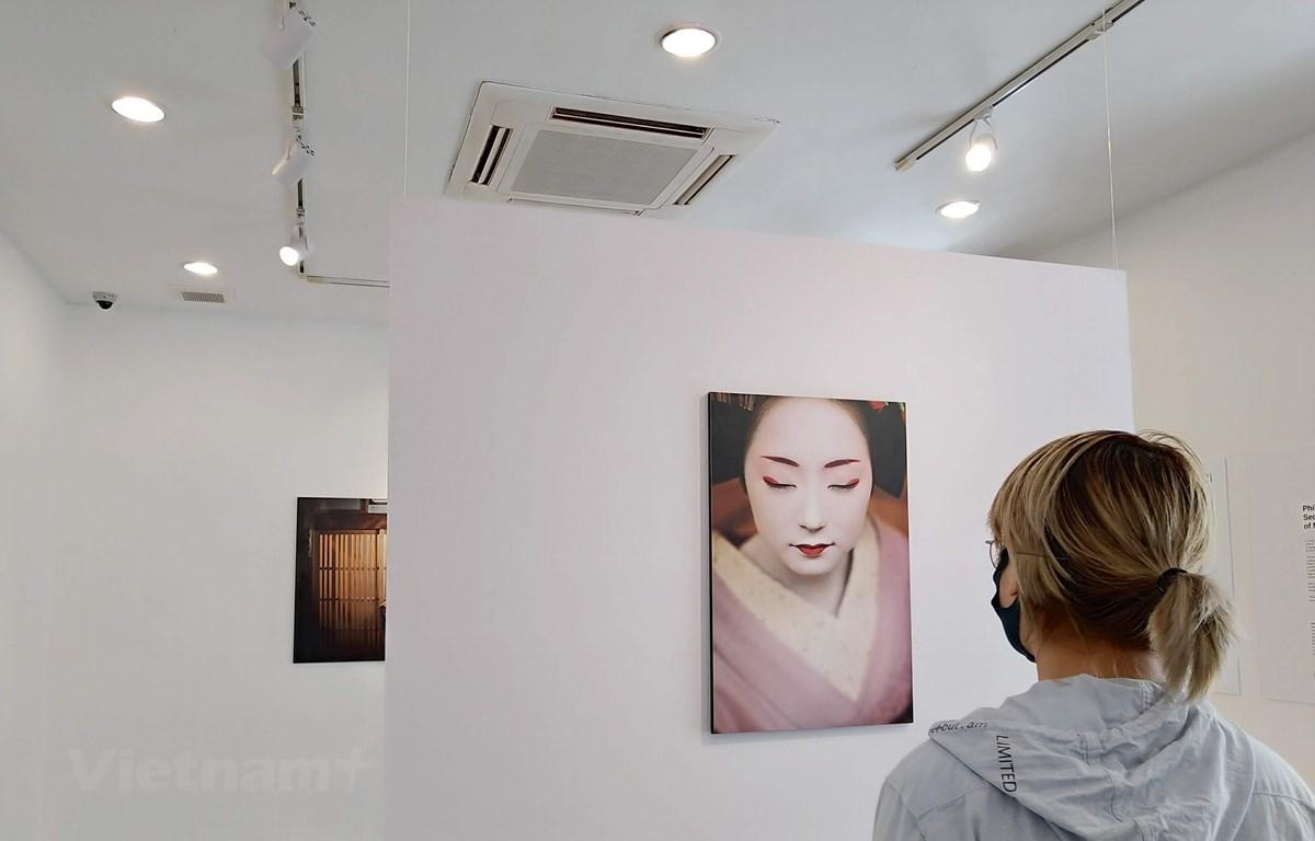 Những bức ảnh khắc họa chân dung của các nàng Maiko duyên dáng. (Ảnh: Minh Thu/Vietnam+)