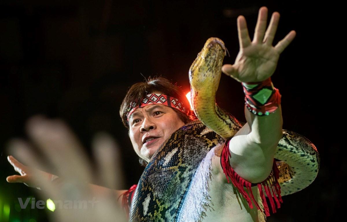 Nghệ sỹ nhân dân Tống Toàn Thắng nổi tiếng với màn xiếc trăn. (Ảnh: NVCC)