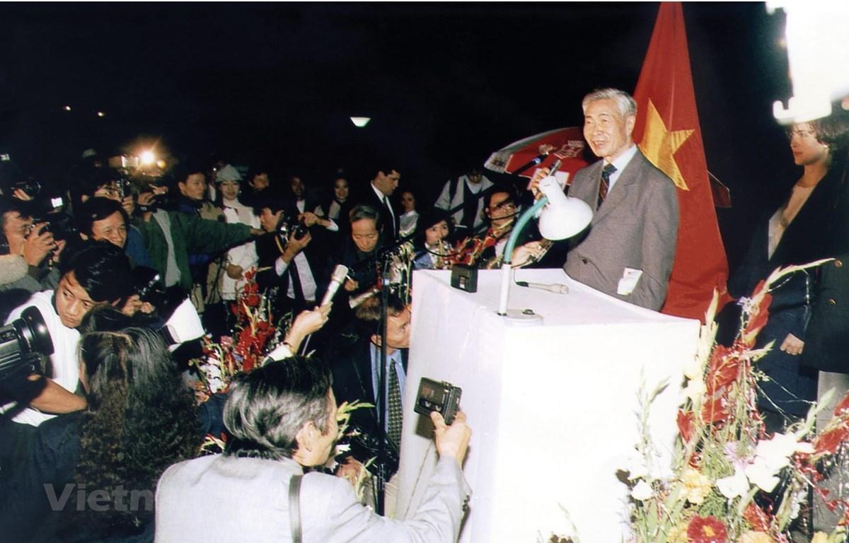 Đồng chí Nguyễn Cơ Thạch trả lời báo chí trong và ngoài nước năm 1994. (Ảnh tư liệu)