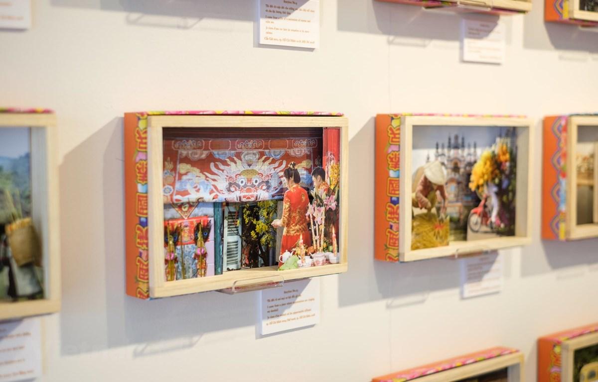 Hai nghệ sỹ Pháp sử dụng những chiếc hộp để kể câu chuyện về Việt Nam bằng hình ảnh. (Ảnh: Matca)
