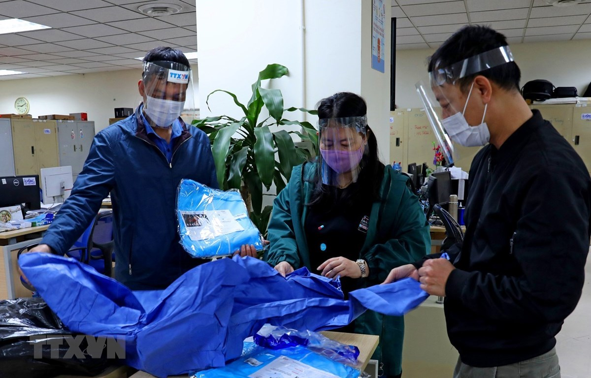 Trang thiết bị bảo hộ phòng chống lây nhiễm luôn được Ban Biên tập Ảnh (Thông tấn xã Việt Nam) cập nhật, bổ sung để trang bị đầy đủ cho phóng viên, biên tập viên. (Ảnh: Ngọc Hà/TTXVN)