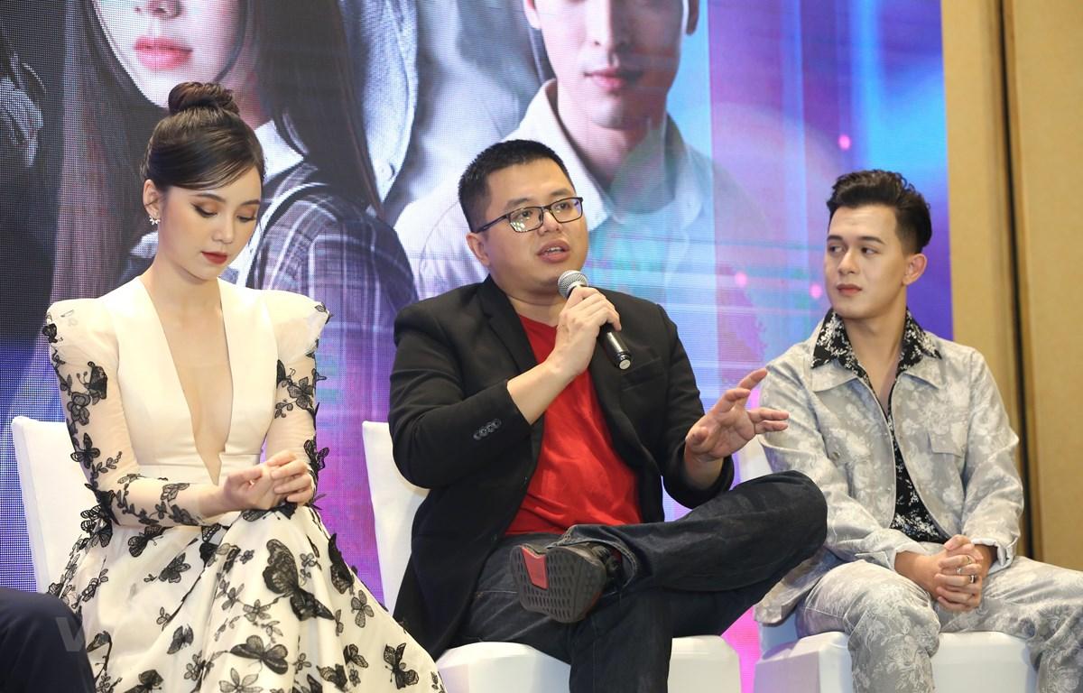 """Đạo diễn Bùi Quốc Việt (giữa) chia sẻ về bộ phim """"Hãy nói lời yêu"""" trong lễ ra mắt. (Ảnh: PV/Vietnam+)"""