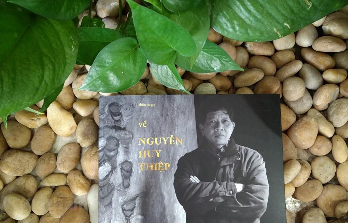Cuốn sách là nén tâm nhang tưởng nhớ nhà văn. (Ảnh: Minh Thu/Vietnam+)