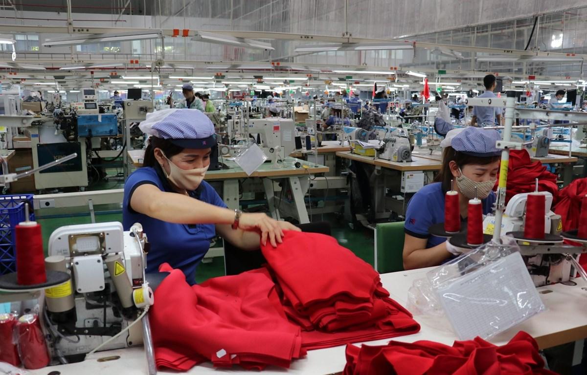 Công nhân tại Khu công nghiệp Bắc Đồng Phú (Bình Phước) sản xuất trong đại dịch. (Ảnh: Dương Chí Tưởng/TTXVN)