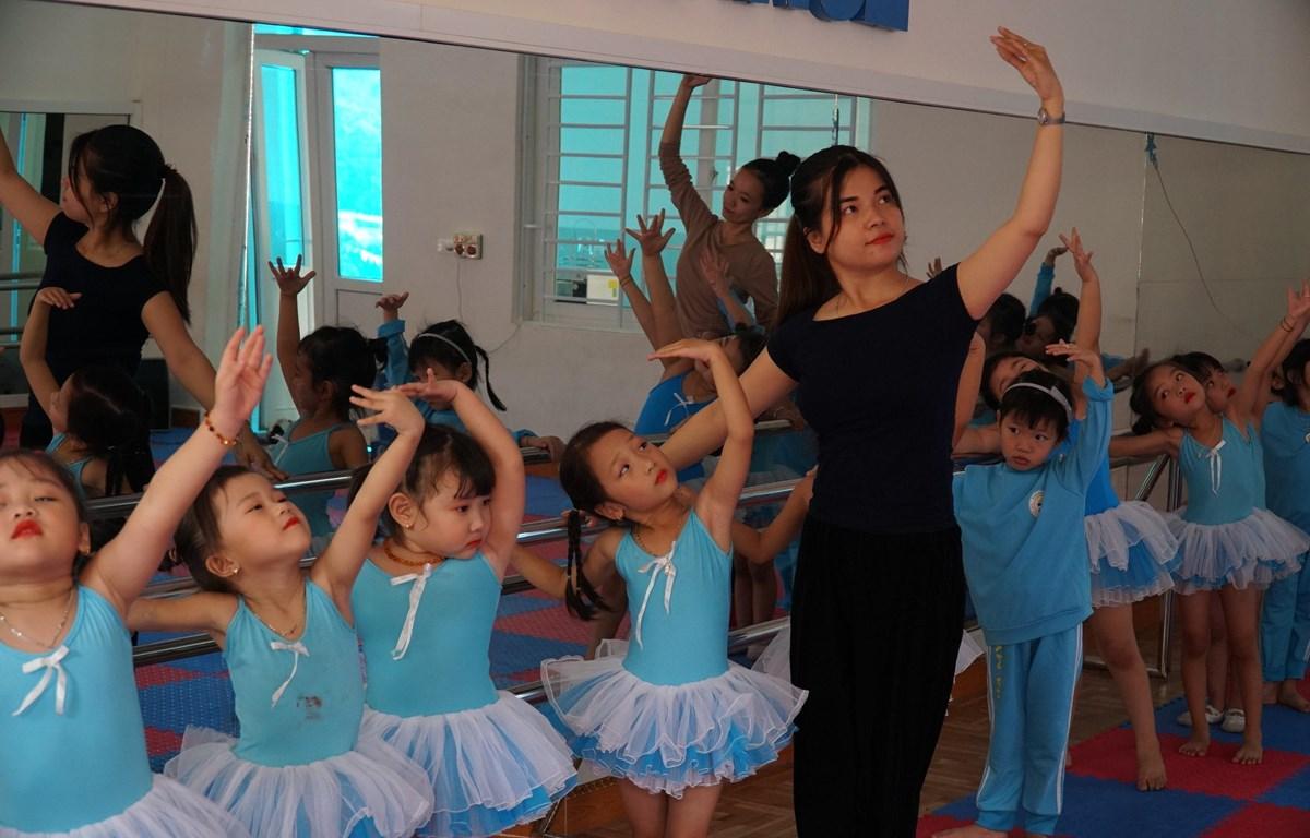 Theo đại biểu Dương Minh Ánh, Chính phủ cần dành vốn đầu tư cho văn hóa và giáo dục, đặc biệt là đào tạo nguồn nhân lực cho ngành văn hóa. (Ảnh: Bích Huệ/TTXVN)
