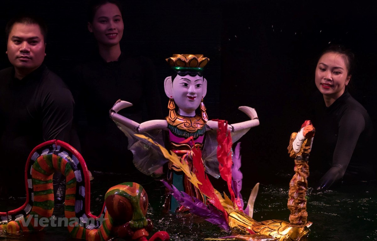 Các nghệ sỹ Nhà hát Múa rối Thăng Long. (Ảnh: PV/Vietnam+)