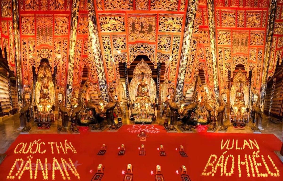 Thực hiện nghi lễ trong mùa Vu lan từ nhiều năm nay đã là một hoạt động không thể thiếu trong tín ngưỡng thờ cúng tổ tiên của người Việt. (Ảnh: PV/Vietnam+)