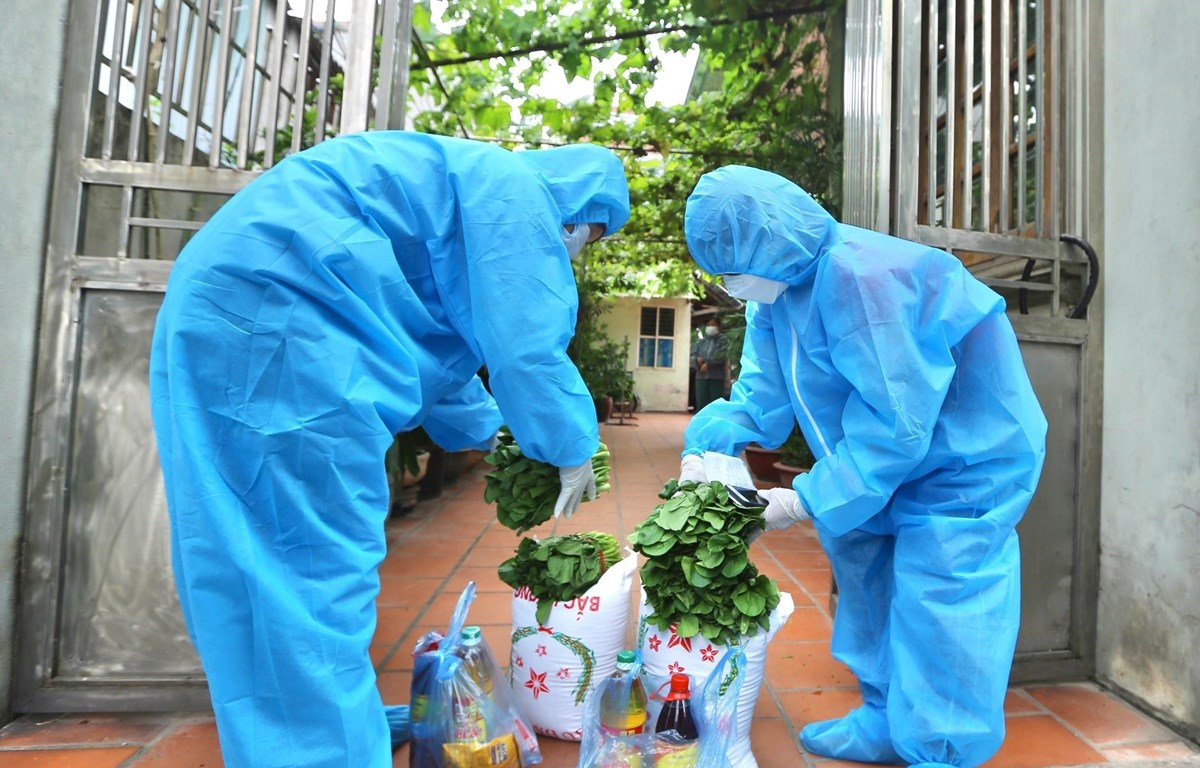 Mọi lương thực, thực phẩm hỗ trợ đều được đội vận chuyển đưa đến từng hộ dân trong khu vực phong tỏa. (Ảnh: Hoàng Hiếu/TTXVN)