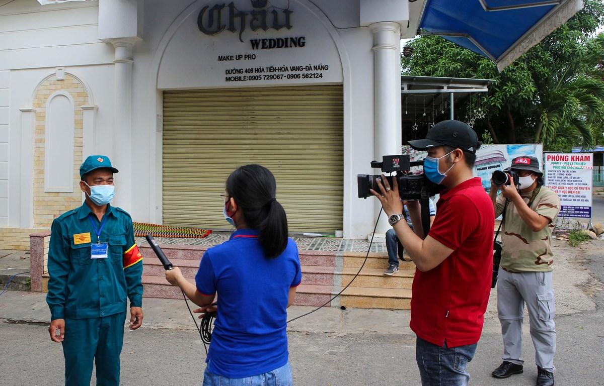 Phóng viên Truyền hình Thông tấn xã Việt Nam tại Đà Nẵng đang tác nghiệp. (Ảnh: Trần Lê Lâm/TTXVN)