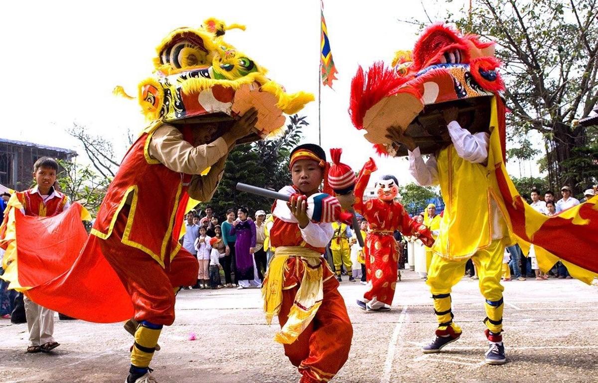 Tiết mục múa sư tử truyền thống trong đám rước đêm Rằm sẽ được tái hiện trong chương trình nghệ thuật 'Trung thu cho em.' (Ảnh: Bộ VHTTDL)