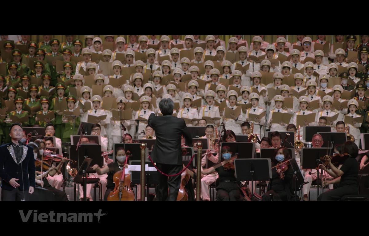 Nhạc trưởng Honna Tetsuji và Dàn nhạc Giao hưởng Quốc gia Việt Nam. (Ảnh trong phim)