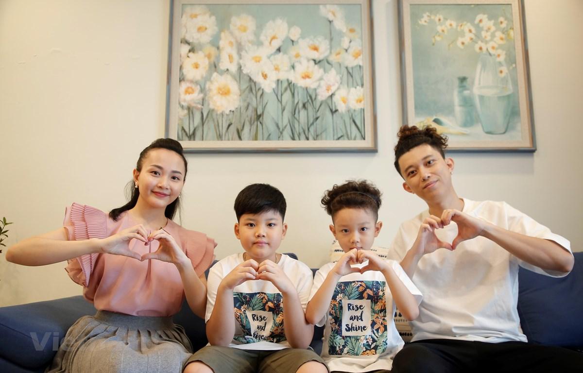 Gia đình ca sỹ Quang Minh (thành viên nhóm Oplus). (Ảnh: VTV)