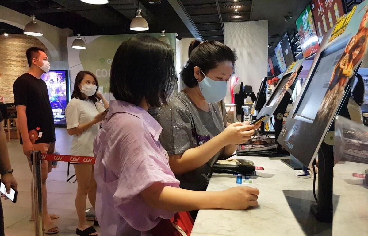 Nhận thức tốt về dịch bệnh, khán giả và rạp chiếu đều chủ động chống ''làn sóng'' COVID-19 mới. (Ảnh: Minh Anh/Vietnam+)