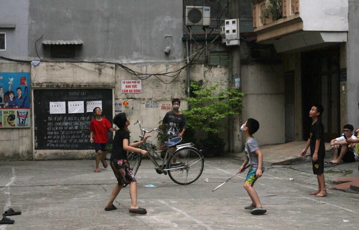 Dịch bệnh hoành hành, các hoạt động ngoài trời của trẻ em bị cắt giảm hàng loạt. (Ảnh: Minh Anh/Vietnam+)