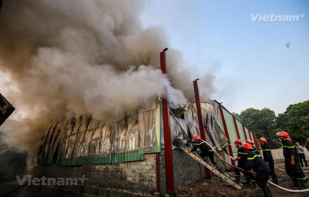Lực lượng cảnh sát phòng cháy, chữa cháy và cứu nạn cứu hộ Hà Nội triển khai dập lửa. (Ảnh: Minh Sơn/Vietnam+)