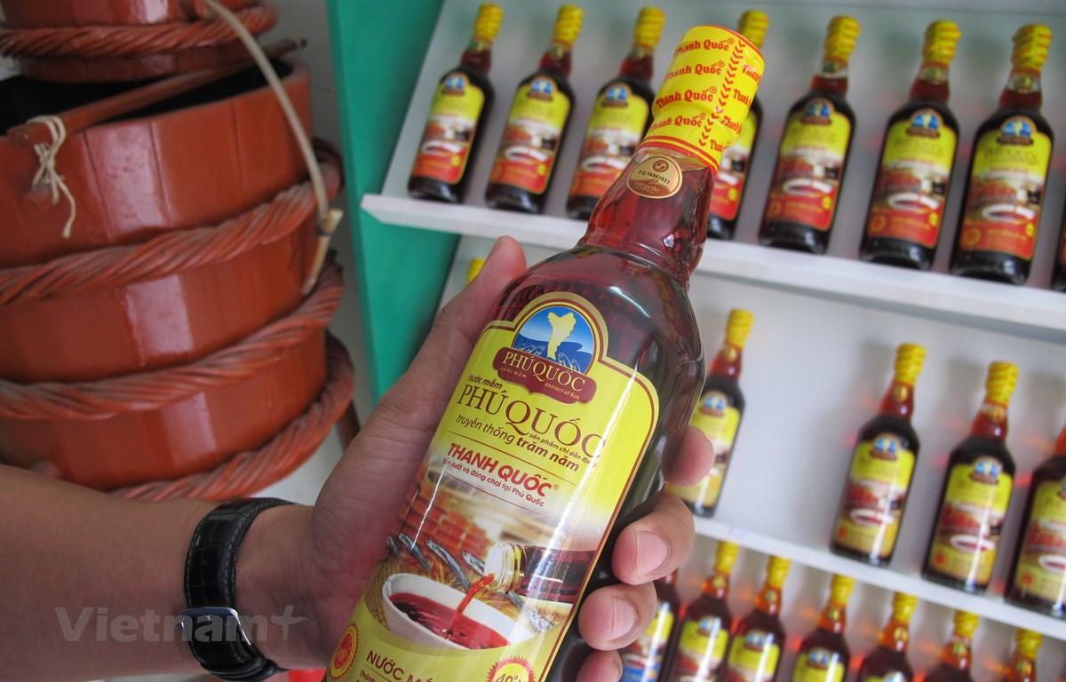 Sản phẩm nước mắm truyền thống của Phú Quốc. (Ảnh: Đức Duy/Vietnam+)