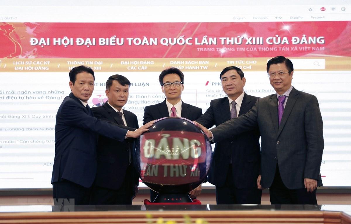 Phó Thủ tướng Vũ Đức Đam và Tổng Giám đốc TTXVN Nguyễn Đức Lợi cùng các đại biểu thực hiện nghi thức khai trương Trang thông tin Đại hội đại biểu toàn quốc lần thứ XIII của Đảng. (Ảnh: Dương Giang/ TTXVN)