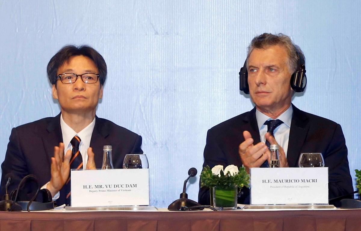 Tổng thống nước Cộng hòa Argentina và Phó Thủ tướng Chính phủ Vũ Đức Đam dự Diễn đàn Doanh nghiệp Việt Nam-Argentina. (Ảnh: Doãn Tấn/TTXVN)