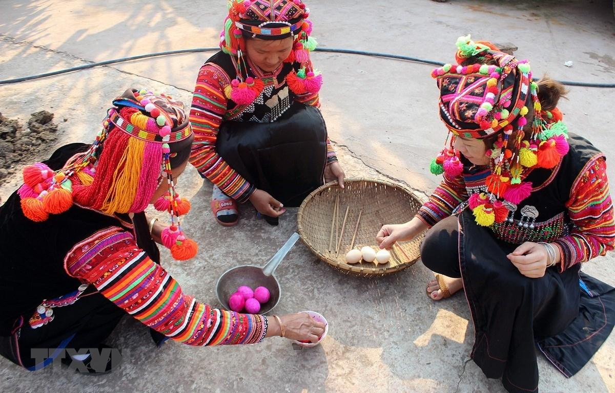 Chuẩn bị lễ vật để cúng trong lễ Gạ Ma Thú của đồng bào dân tộc Hà Nhì. (Ảnh: Phan Tuấn Anh/TTXVN)