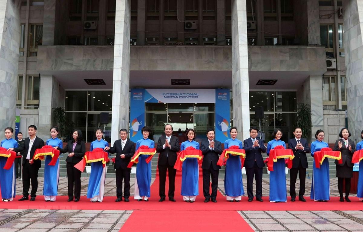 Phó Thủ tướng, Bộ trưởng Bộ Ngoại giao Phạm Bình Minh và các đại biểu cắt băng khai trương Trung tâm Báo chí quốc tế phục vụ Hội nghị Thượng đỉnh Mỹ-Triều Tiên lần thứ hai. (Ảnh: Văn Điệp/TTXVN)