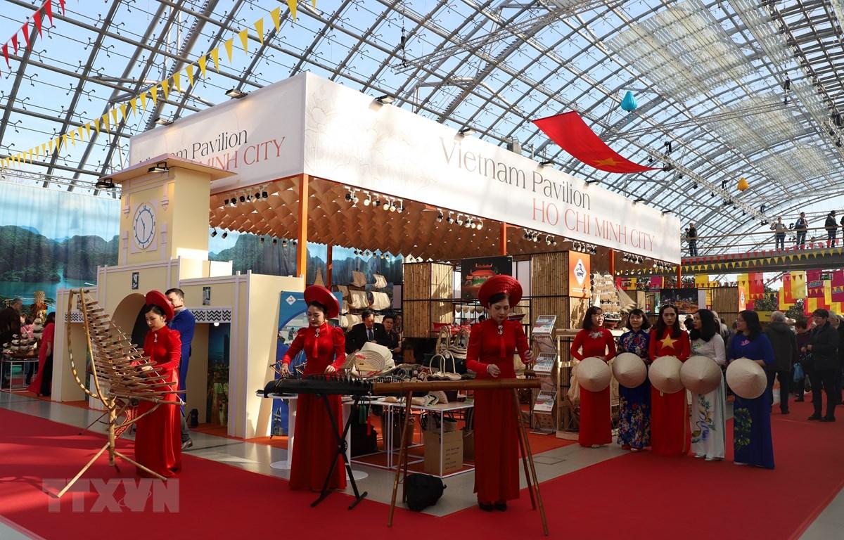 Giới thiệu bạn bè Đức, du khách quốc tế tiết mục văn nghệ truyền thống Việt Nam. (Ảnh: Thanh Bình/TTXVN)